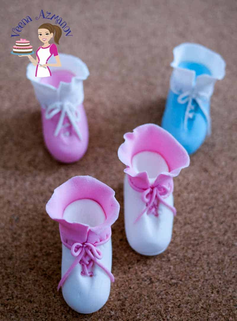 A video tutorial showing how to make instant baby booties and baby shoes for baby shower cakes. You need no cutters, not templates and no drying time required.