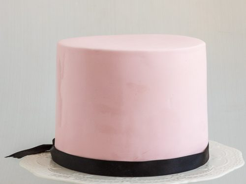 An image showing a cake coved in fondant