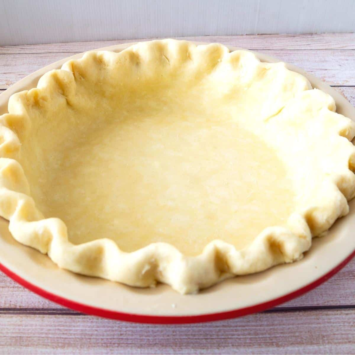 A pie pan lines with crust.