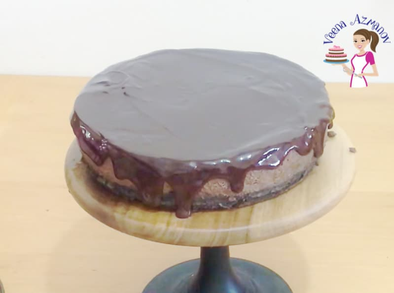 Spread the chocolate glaze over the baked cheesecake - Progress pictures