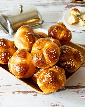 A plate of cloverleaf rolls.