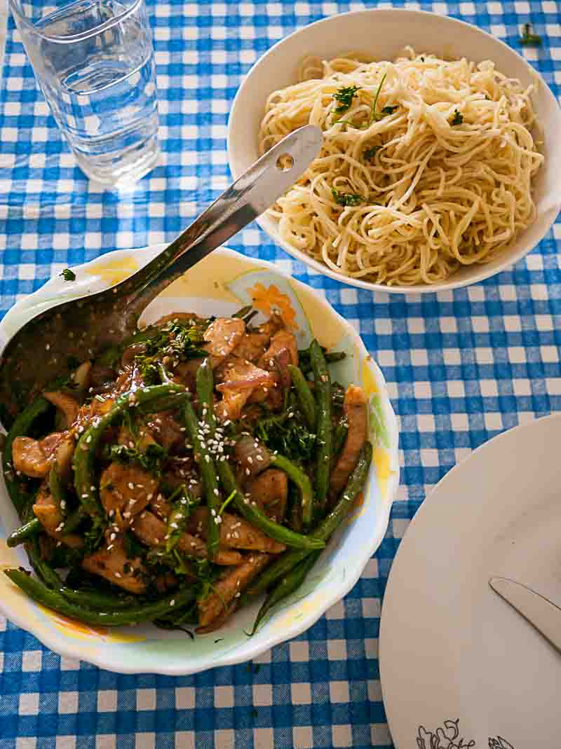 What can be more desirable on a weekday lunch? A quick and easy Chicken and Green Beans Stir Fry that gets done is 15 minute or less? It's not just super simple but healthy too.