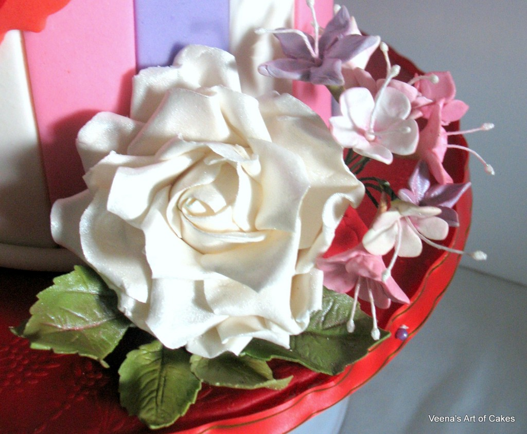 Gift Box Cake with Roses and Hydranges ]
