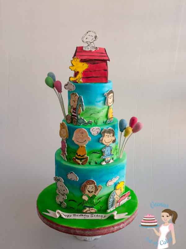 A cake decorated with the Peanuts comics theme.