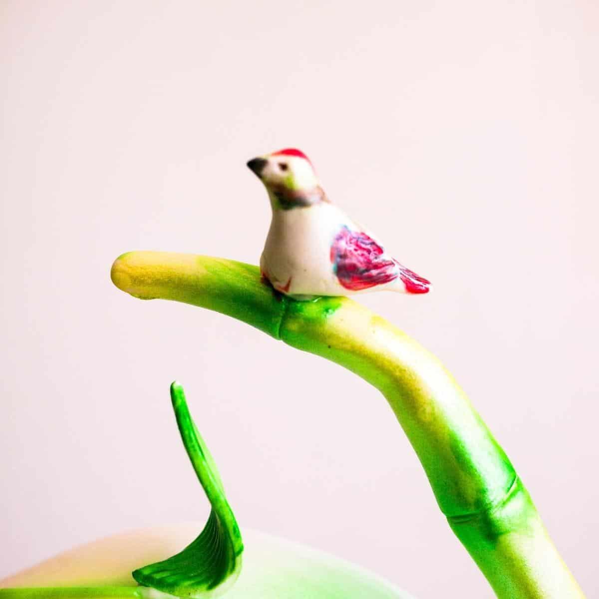 A cake decorating tutorial gumpaste bird