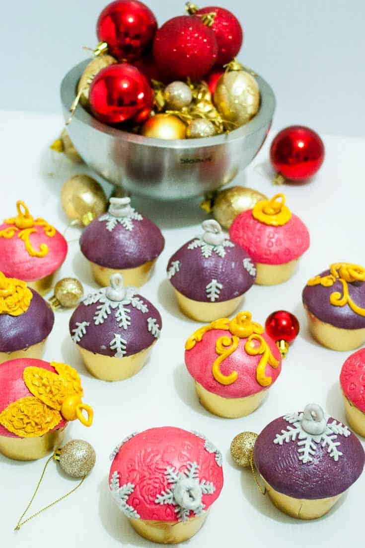 Christmas Ornament cupcakes are probably the easiest, simplest and quickest to make. Yes, quickest. They make perfect holiday gifts or treats for family and friends. Here is a simple step by step to get you excited.