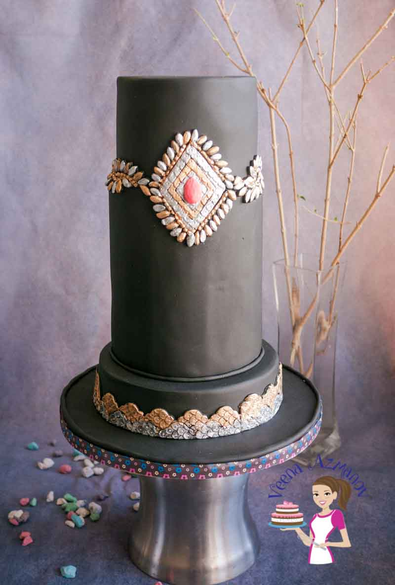 Sequins as a cake trend that's making a huge statement in fashion cakes. It give a dramatic look. Make it classy as this or as rustic combined with textures and frills. This sequins brooch is bound to look impressing on any cake designed for a lady.