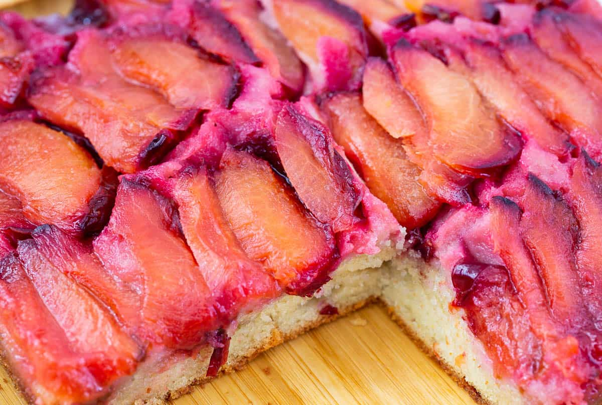 Sliced caramelized plums on top of the upside down cake.