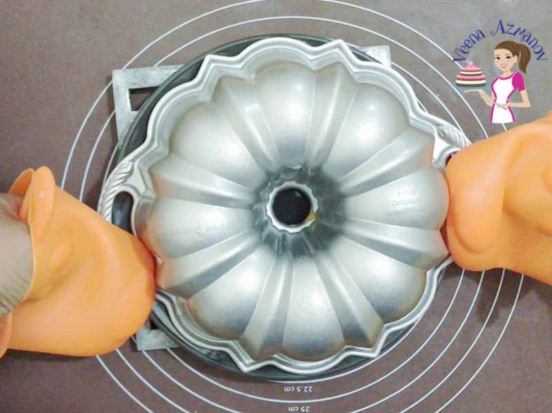 How to make a classic pound cake in a bundt pan with vanilla flavor