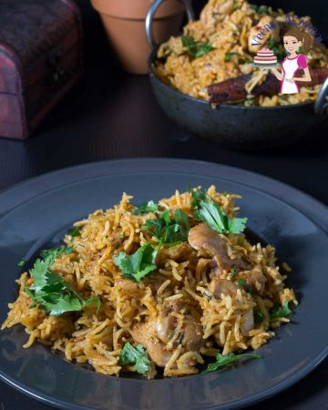 A plate of chicken biryani.