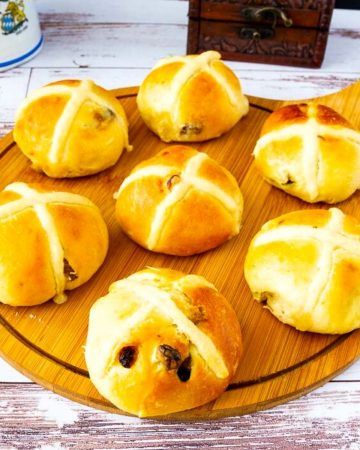 A wooden board with Easter buns.
