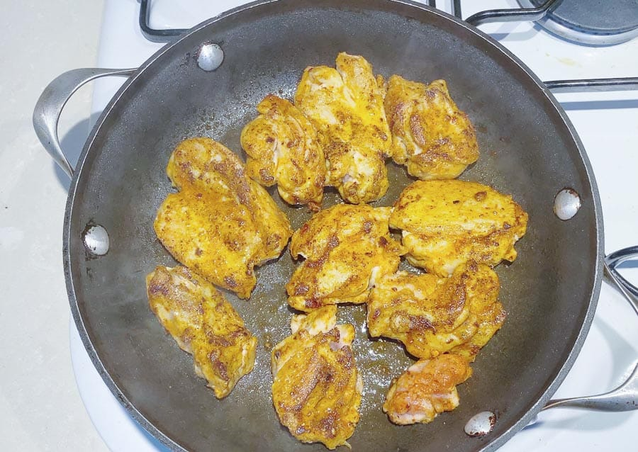 Marinate the chicken for the rice with turmeric