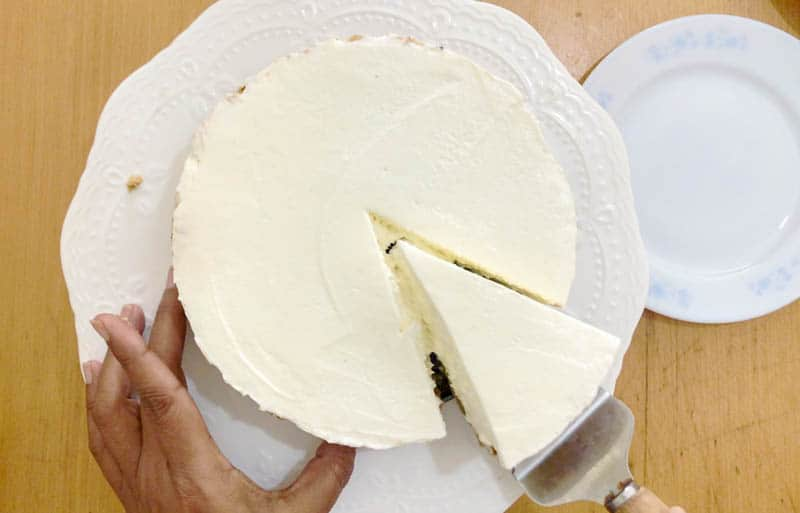 Cutting the ice cream cheesecake