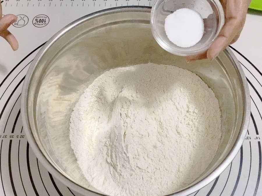 Preparing the dough for no-knead bread without Dutch Oven
