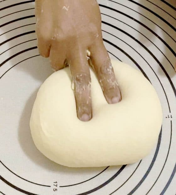 Prepare the dough for pizza with white sauce