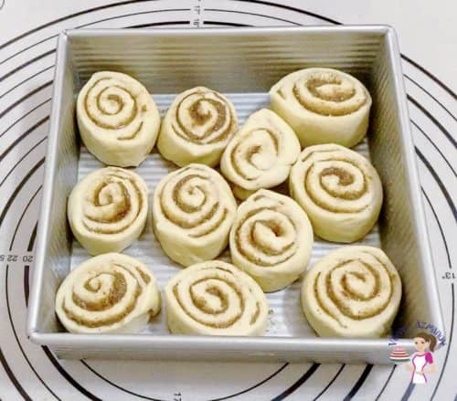 Place the cinnamon slices in the baking tray