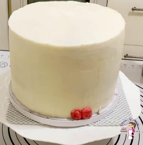Use red buttercream to create a smear effect on the side of the cake