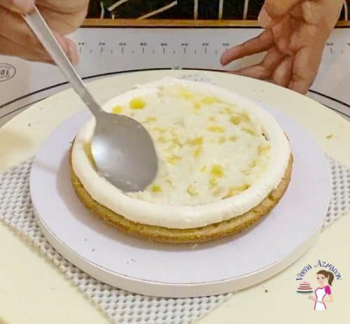 Add the pineapple filling in the cake
