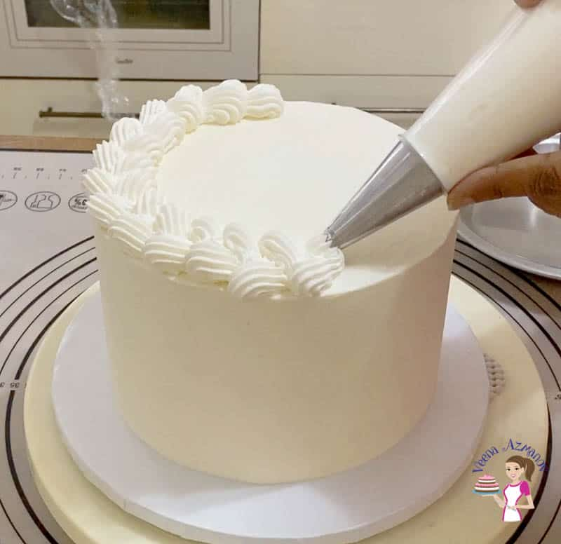 Pipe the remaining frosting on top fo the cake