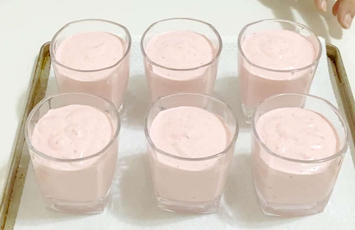 Fill the cups with strawberry mousse